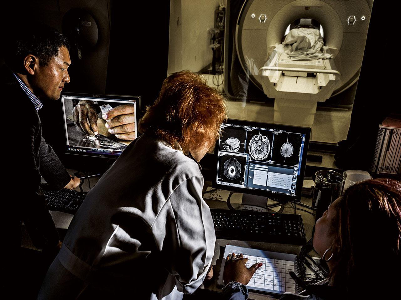 แอนนา โรส ไชล์เดรสส์ นักประสาทวิทยาศาสตร์ ใช้การวิเคราะห์ภาพสแกนสมองของผู้ที่ฟื้นตัวจากการเสพติดโคเคน เพื่อศึกษาว่าสิ่งย้ำเตือนถึงยาซึ่งเกิดขึ้นโดยไม่รู้ตัวไปกระตุ้นระบบการให้รางวัลของสมอง และทำให้กลับมาเสพติดอีกได้อย่างไร เมื่อเธอให้ผู้ป่วยดูภาพต่างๆ เช่น ภาพโคเคนบนจอภาพทางซ้ายเพียง 33 มิลลิวินาที วงจรการให้รางวัลในสมองของพวกเขาก็ถูกกระตุ้น