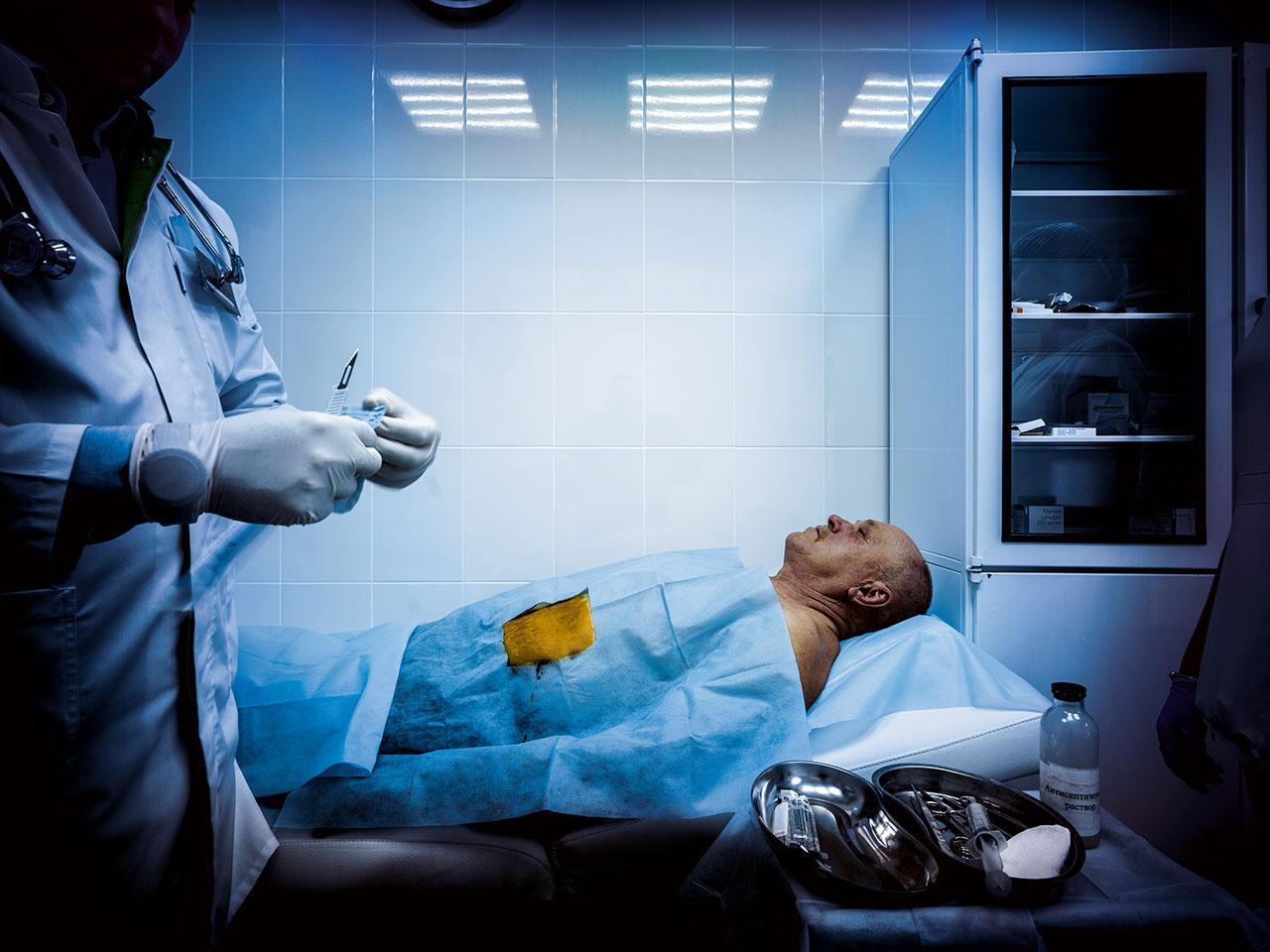 ที่คลินิกมาร์ชัค ศูนย์บำบัดการติดยาใกล้กรุงมอสโก ยาแอนทาบิวส์ที่ออกฤทธิ์นานหกเดือนถูกฝังไว้ใต้ผิวหนังของผู้ติดสุรา ที่มีอาการดีขึ้นและจะออกจากที่นี่หลังจากอยู่มานาน 30 วัน ยานี้จะทำให้เขาอาเจียนหากดื่มสุรา ซึ่งเป็นรูปแบบหนึ่งของการบำบัดด้วยกลวิธียับยั้ง